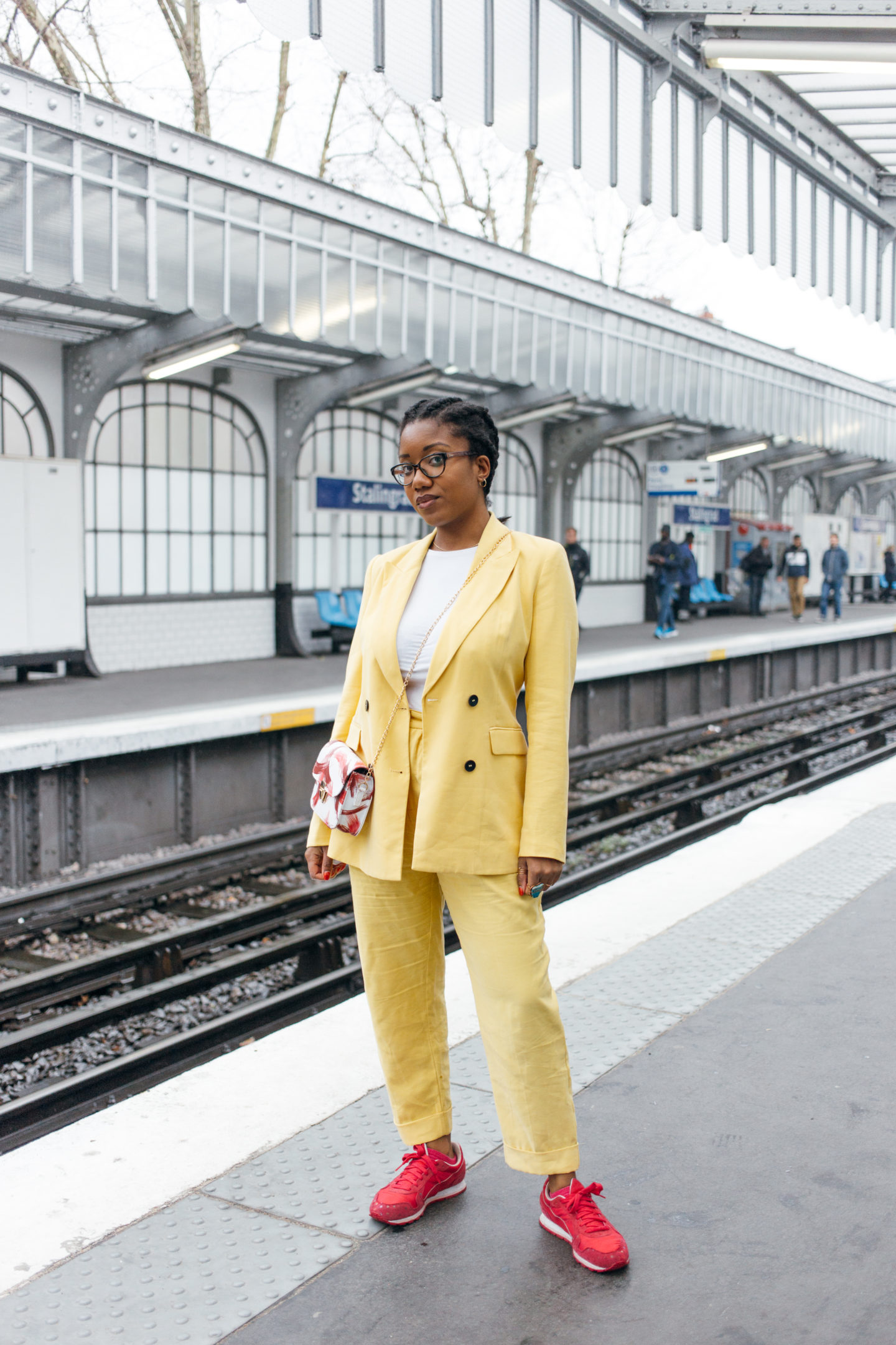 HOW TO WEAR A YELLOW POWER SUIT ON CASUAL MODE ?